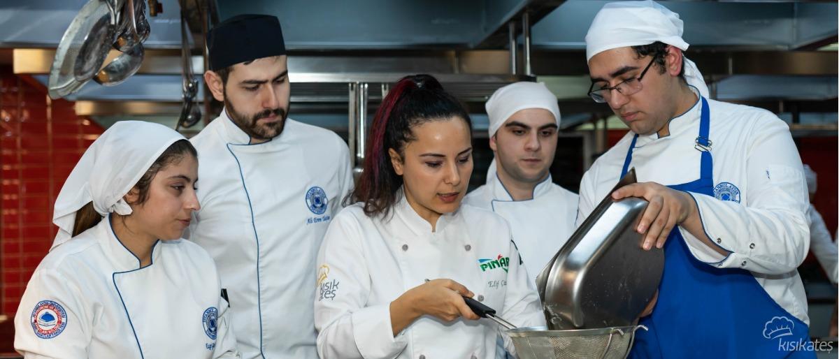 Pınar, Pastacılık ve Çikolata Eğitimi İle Aydın Üniversitesi'nde.